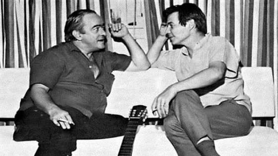 Vinicius De Moraes & Antônio Carlos Jobim, en 1956 chez Vilarino, un bar du centre-ville de Rio de Janeiro