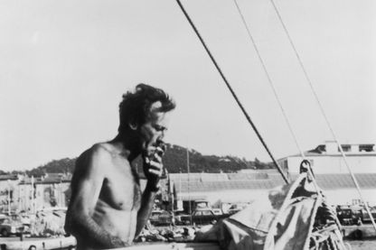 """Bernard Moitessier à bord de """"Joshua"""", son ketch en acier au large du Brésil, le 10 mars 1969."""