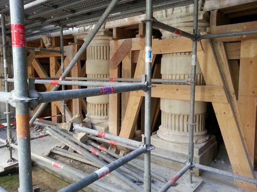 Les huit piliers qui soutiennent la galerie au rez-de-chaussée de la mairie sont en cours de rénovation