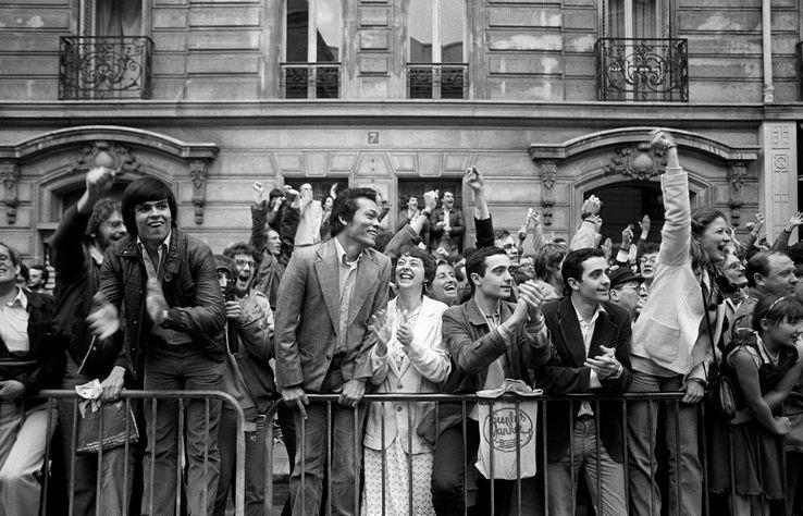 Des électeurs socialistes le soir de la victoire du 10 mai 1981, rue de Solférino