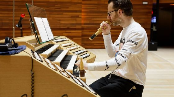 Hampus Lindwall au clavier de l'orgue du grand auditorium