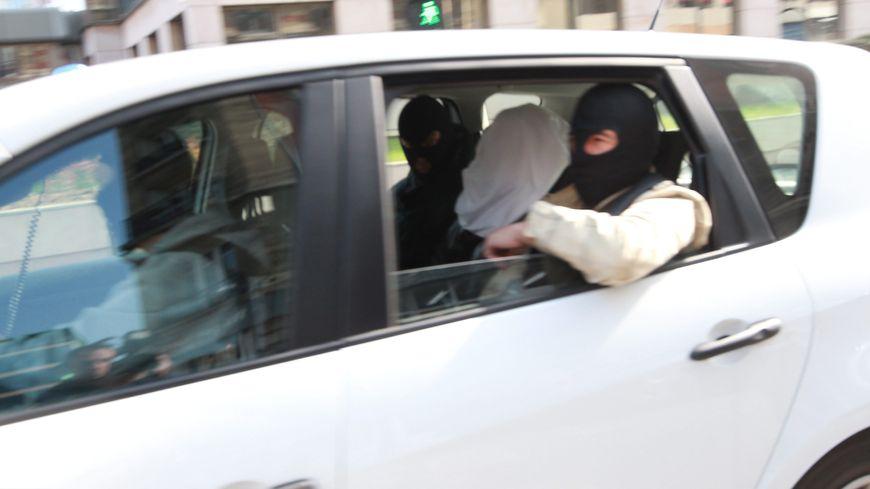Abdelkader Merah, ici au centre lors de son transfert au siège de la Sous-direction antiterroriste en mars 2012, est jugé à partir de lundi par la Cour d'assises de Paris