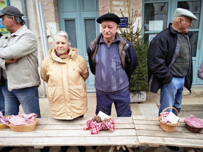 Des retraités qui se font un revenu de complément sur le marché de la truffe de Lalbenque, dans le Lot