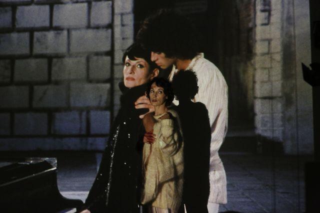 Jeanne Balibar devant une projection d'un film de Roger Arpajou (Ina) : Je suis né à Venise - 1977 / Réalisation Maurice / Barbara et Philippe Lizon