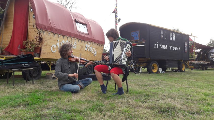 Musique, théâtre, acrobaties... Le cirque Bidon a posé ses roulottes en Berry