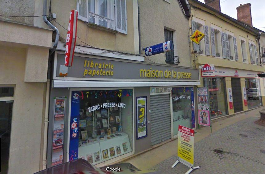 Le bureau de tabac de la rue Dilo dans le centre-ville de Saint-Florentin (Yonne)