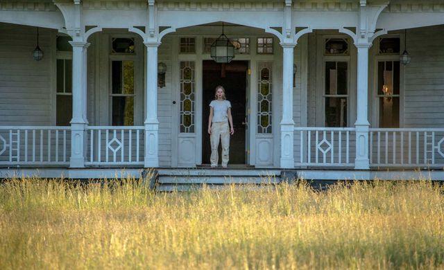 """Jennifer Lawrence à l'entrée de sa nouvelle maison, dans """"Mother!"""" de Darren Aronofsky"""