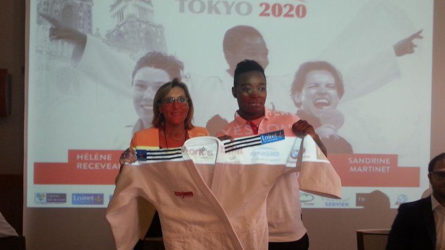 Christel Royer, la présidente de l'USO judo, a remis le kimono à Audrey Tcheuméo