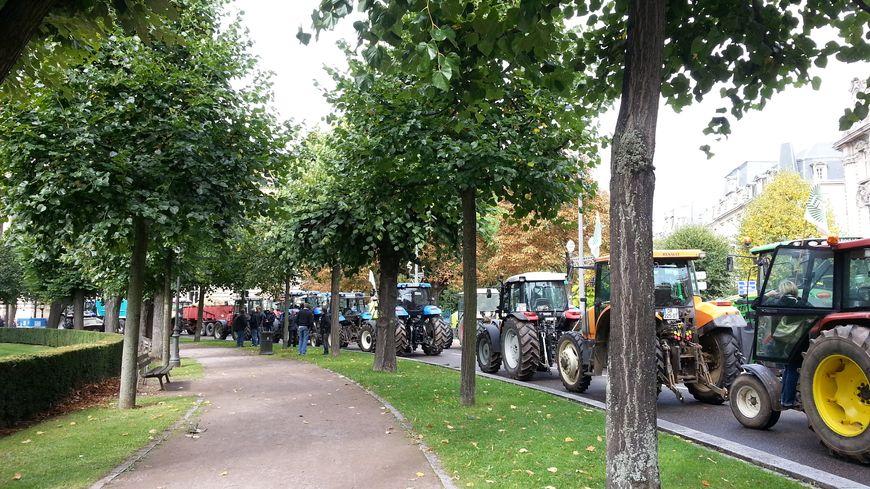 Les agriculteurs bas-rhinois, venus en tracteur, sont reçus par le préfet à Strasbourg.