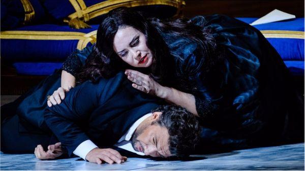 Aux côtés de Jonas Kaufmann, Sonya Yoncheva chante le rôle d'Elisabeth de Valois, dans Don Carlos, de Verdi, à l'Opéra-Bastille