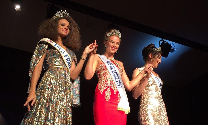 Chloé Guémard, Miss Pays de Loire 2017 entourée de Miss France 2017 à gauche et de Miss Pays de Loire 2016 à droite
