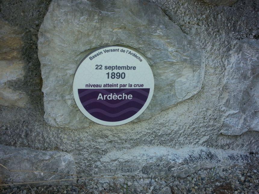 A Saint-Alban-Auriolles, lors de la crue de 1890, l'eau était montée à cet endroit de 23 centimètres alors qu'il est à 700 mètres de distance de l'Ardèche.