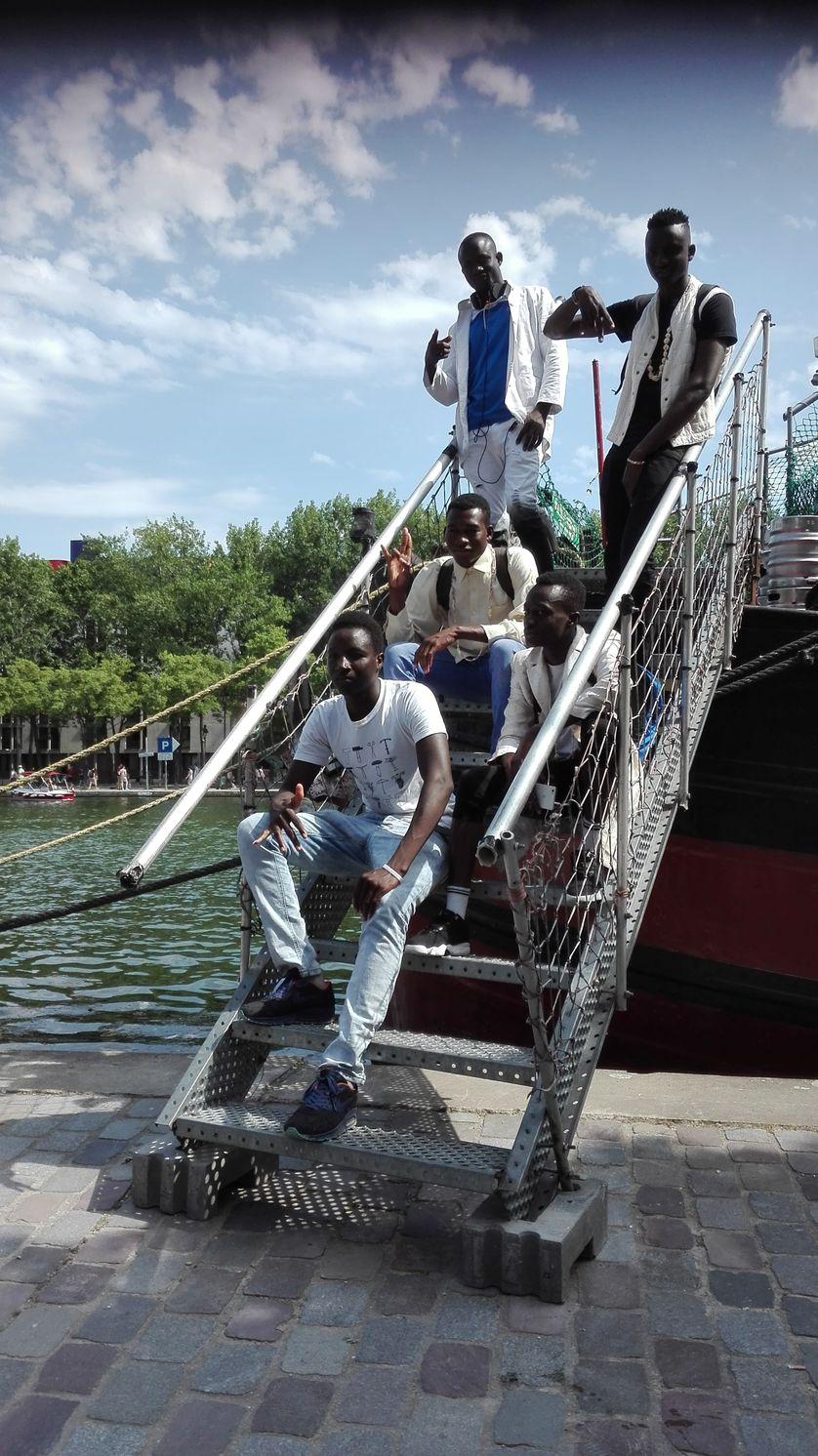 """Les Sim Blacks lors du tournage du clip """"Je suis Sinbad le marin"""""""