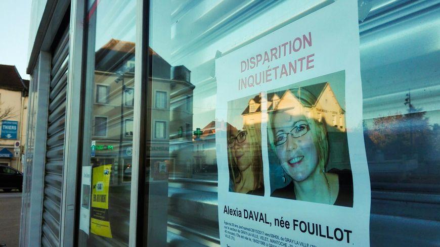 L' affiche de la disparition inquiétante sur la vitrine du bar tenu par le père d'Alexia