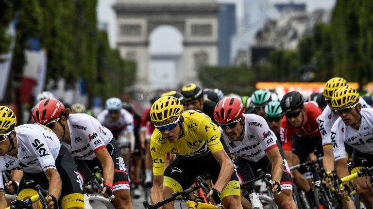 Le peloton du Tour de France avec Chris Froome en jaune (illustration)