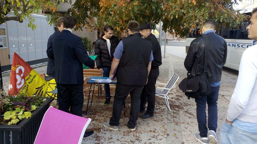 Dès l'ouverture du bureau d'embauche, les premiers candidats à un emploi chez SNCF Réseau se sont présentés..