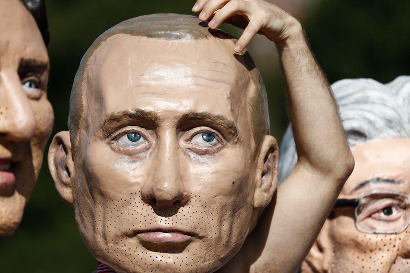 Un masque de Vladimir Poutine porté par un militant altermondialiste à Hambourg en juillet 2017