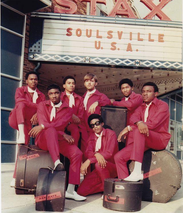 """Les Bar-Kays posent pour un portrait de groupe devant le siège social de Stax Records """"Soulsville USA"""" en 1967, à Memphis (États-Unis)"""