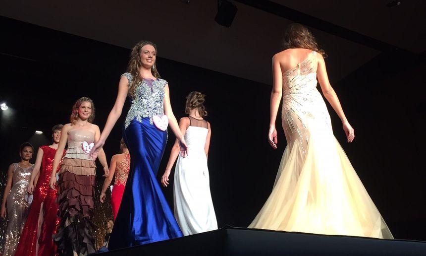 Les Mayennaises Natacha Grandin en bleu et Amandine Goulay en robe beige et marron à l'élection de Miss Pays de Loire 2017