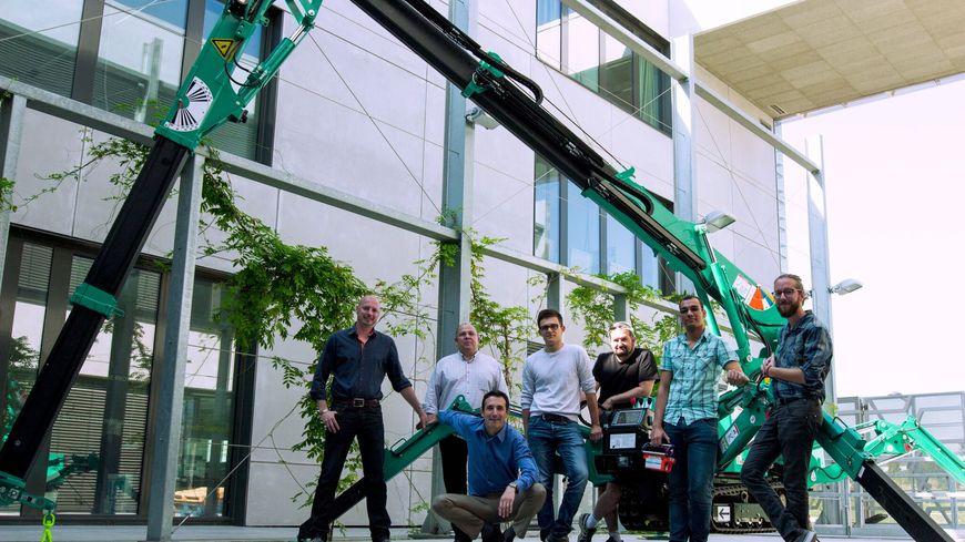 L'équipe de Constructions 3 D avec sa machine révolutionnaire
