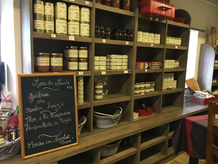 La boutique de l'Auberge du Grand Megnos avec ses conserves artisanales.