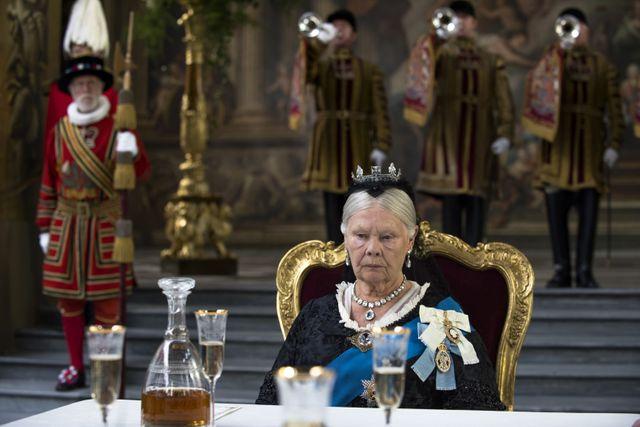 La reine Victoria ne semble guère goûter la fête donnée en honneur dans le film de Stephen Frears