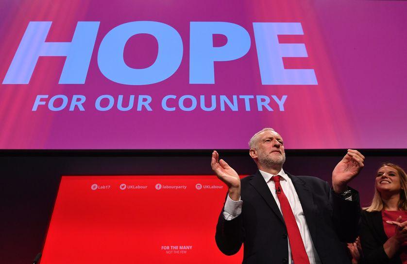 """Jeremy Corbyn, dirigeant du Labour, à la tribune de la """"Conference"""", le congès annuel de son parti, il y a dix jours à Brighton"""