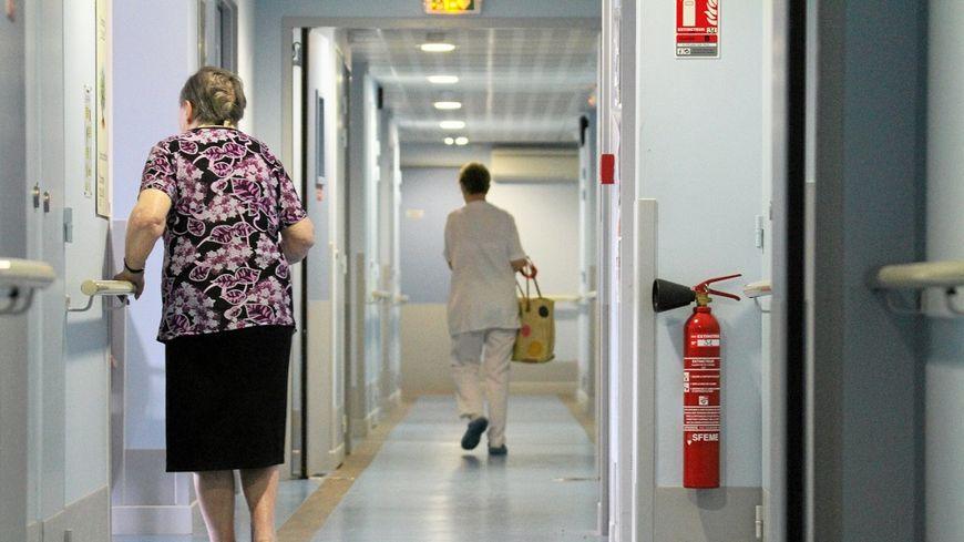 Les professionnels qui travaillent en maison de retraite demandent plus de moyens au gouvernement.