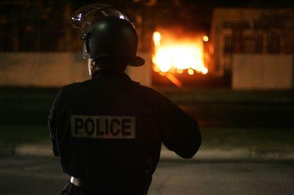 Police sur le fil : Cinq flics de terrain se livrent, sans tabou ni autocensure, sur la violence de leur quotidien. Violence subie, mais aussi intérieure, et qui parfois déborde.