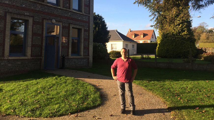 Sébastien Fleury propose des séances de sophrologie comme ici dans cette salle municipale à Saint Nicolas de la Taille, près de Tancarville