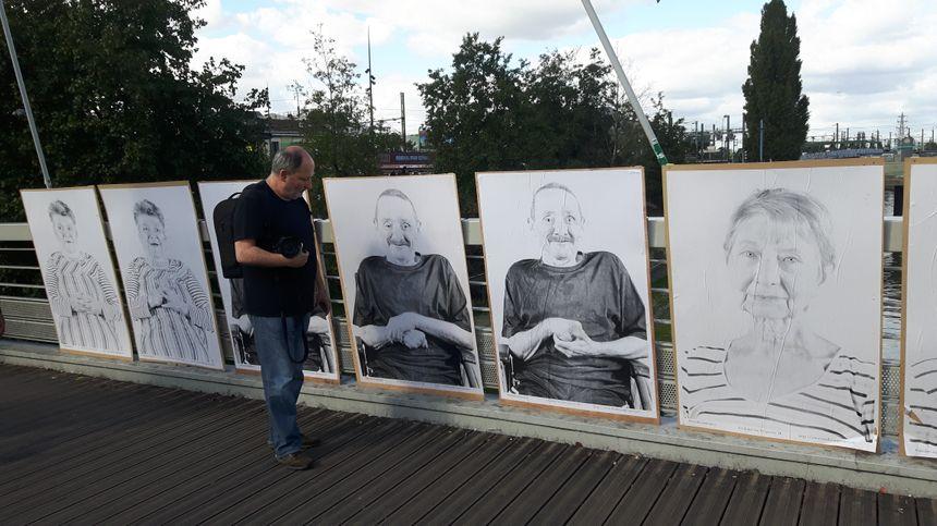 Le photographe Herbert Ejzenberg, sur la passerelle près de la gare de Saint-Denis