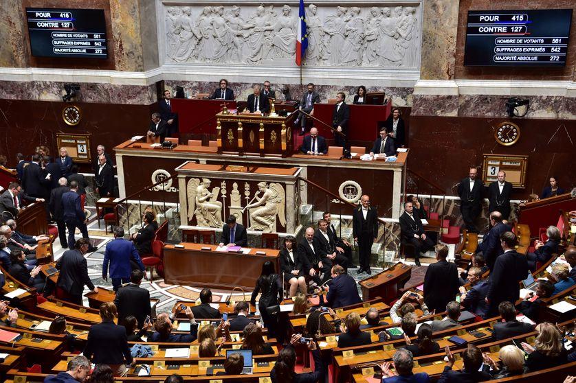 Assemblée nationale le 3 octobre 2017 : les écrans montrent les résultats du vote concernant la nouvelle anti-terroriste, laquelle doit mettre fin à deux ans d'état d'urgence.