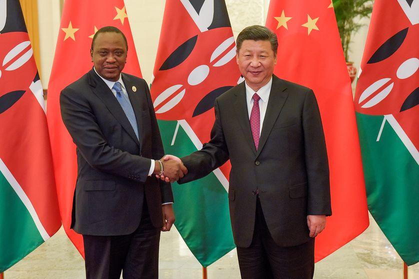 Le 15 mai 2017, le président chinois Xi Jinping serre la main de son homologue kényan Uhuru Kenyatta. La Chine est le premier créancier du Kenya.