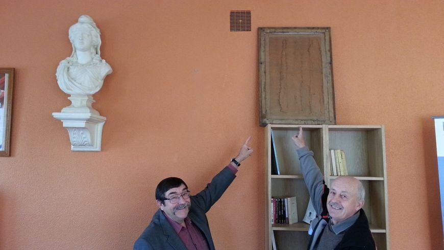 Didier Martinez, le maire de Monteil-au-Vicomte et Guy Desloges, maire de Chavanat, devant le portrait du Président de la République, retourné