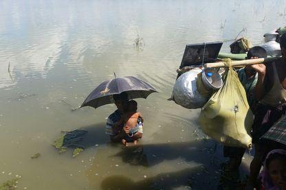 Quand les gardes-côtes Bangladais les stoppent. Ils sont des dizaines à attendre dans l'eau.
