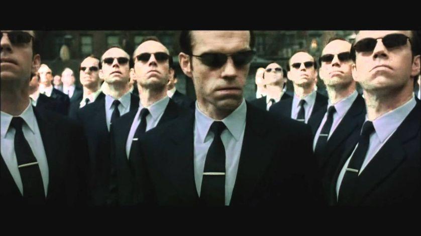 L'agent Smith et ses clones, dans la trilogie Matrix par les Wachowski