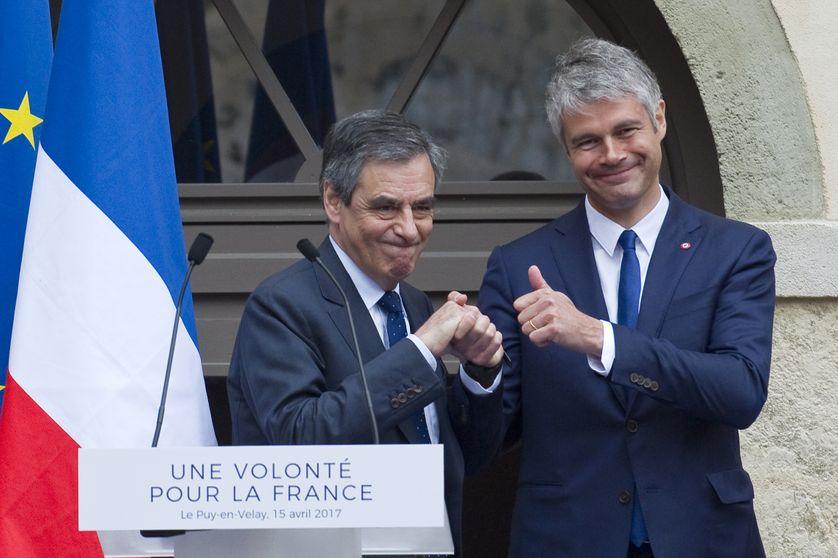 Laurent Wauquiez serre la main de François Fillon, le 15 avril 2017 à Le Puy-en-Velay, pendant la campagne de ce dernier aux élections présidentielles.