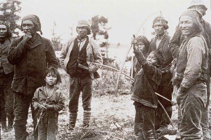 """Photo d'un groupe d'Amérindiens présentée dans le cadre de l'exposition """"Le Québec des premières Nations"""" au Musée de Bretagne à Rennes en 1997"""