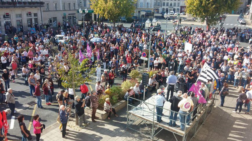 2500 personnes environ ont défilé pour demander la défense de l'hôpital du Blanc.