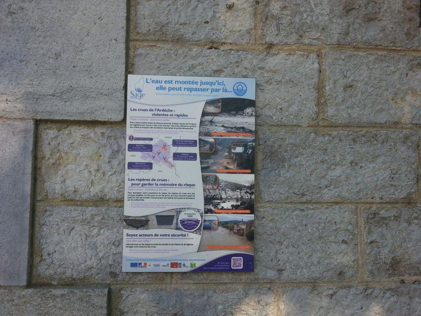 Des panneaux explicatifs en français et en anglais ont également été installés pour sensibiliser aux risques de crues.