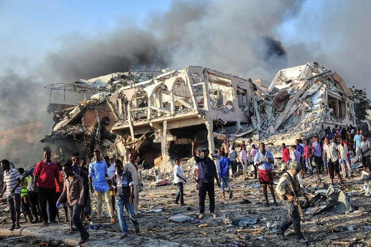 L'attentat est survenu samedi en milieu d'après-midi au carrefour PK5, dans le district de Hodan, un quartier commercial très animé de la capitale, avec ses magasins et ses hôtels.