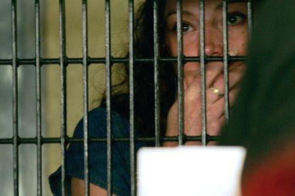 Florence Cassez parle à travers les barreaux d'une prison avec son avocat en prison le 13 juin 2006 à Mexico.