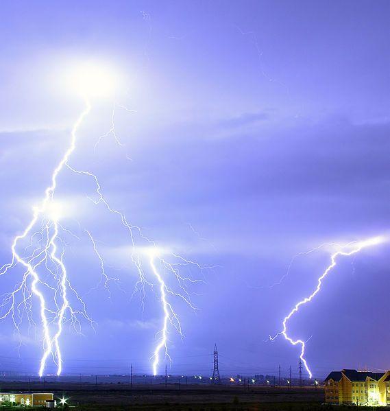 Un éclair de foudre consiste en premier lieu en un courant d'électrons181. Le potentiel électrique nécessaire pour la foudre peut être engendré par un effet triboélectrique182,183