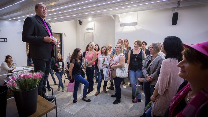 Xavier Lumière, photographe et organisateur de l'évènement, explique aux femmes volontaires comment va se dérouler la séance photo.