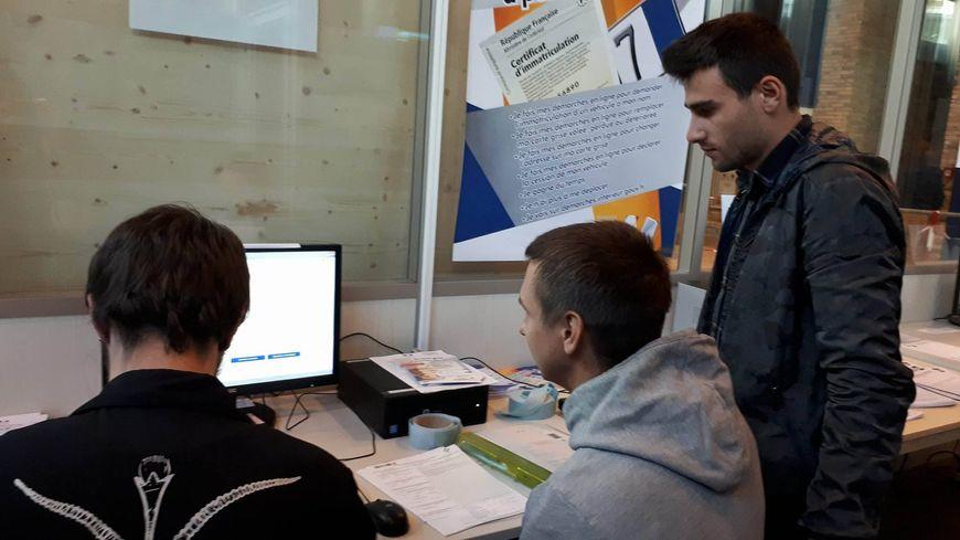 Un médiateur aide les usagers à effectuer leurs démarches en ligne.