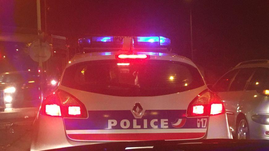 Une voiture de police à Saint-Étienne.