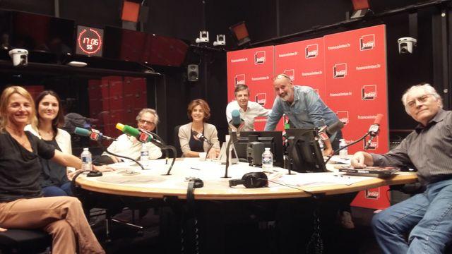 """""""Vous Les Femmes"""", de gauche à droite, Françoize Boucher, sa fille Chloé, Hervé Pauchon, Anne Nivat, Anthony Bellanger, Daniel Morin, Albert Algoud."""