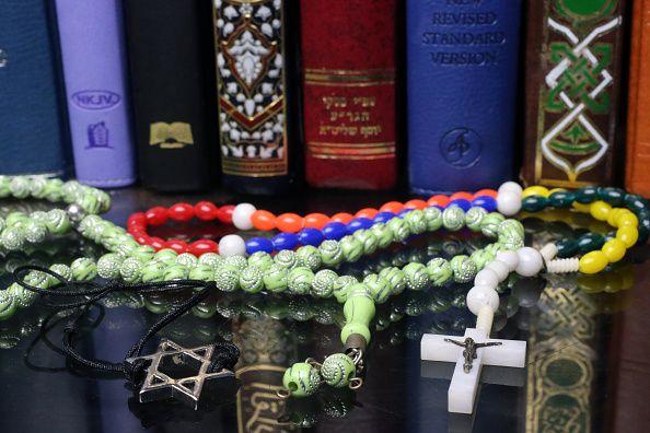 Symboles de foi de trois religions monothéistes : Chrétienté, Islam et Judaisme.