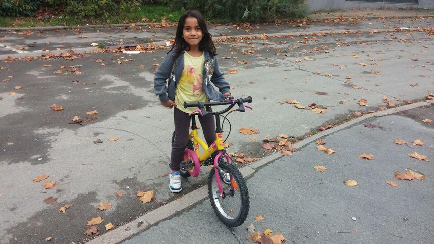 Elle a maintenant un vélo gonflé avec une selle à sa taille.