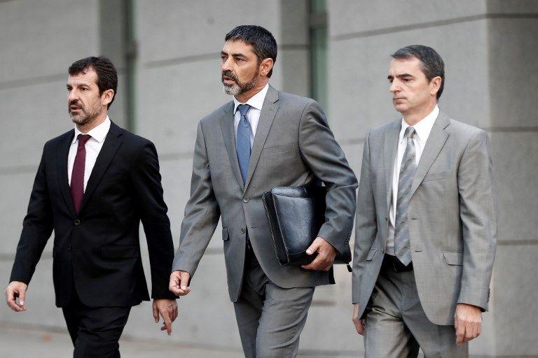Le chef de la police catalane Josep Lluis Trapero (au centre), à son arrivée à l'Audience nationale à Madrid. Poursuivi pour sédition, il a été placé sous contrôle judiciaire.